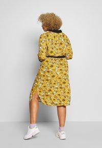 Ciso - DRESS WITH FLOWER PRINT - Skjortklänning - cheddar yellow - 2