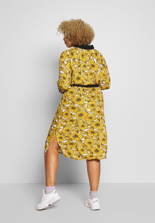 DRESS WITH FLOWER PRINT - Košilové šaty - cheddar yellow