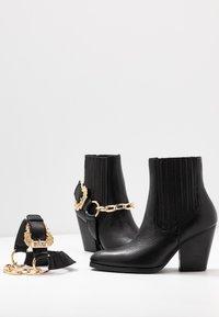 Versace Jeans Couture - Stivaletti con tacco - nero - 7