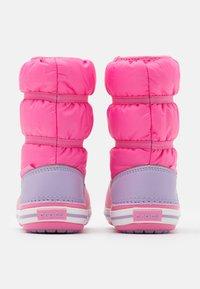 Crocs - CROCBAND WINTER - Botas para la nieve - pink lemonade/lavender - 2