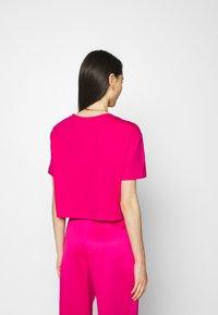 Nike Sportswear - TEE - Camiseta estampada - fireberry/white - 2