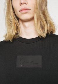 Karl Kani - UNISEX SMALL SIGNATURE BOX CREW - T-shirt à manches longues - black - 4