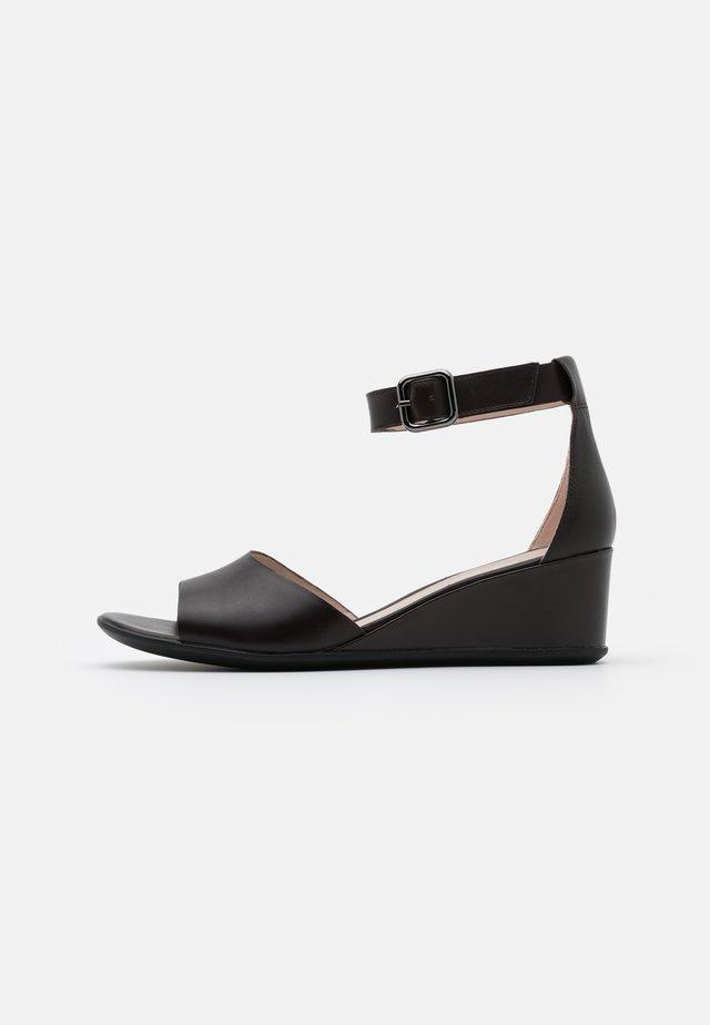 SHAPE - Sandály na klínu - coffe nova