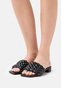 Monki - Pantofle - black dark - 0