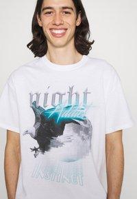 Night Addict - EAGLE - T-shirt med print - white - 5