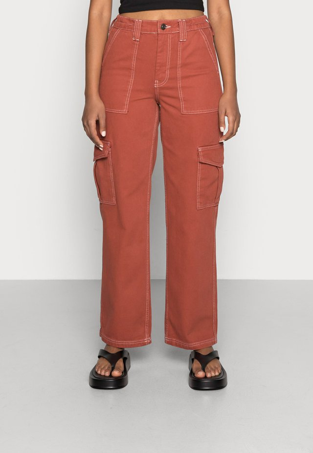 CONTRAST SKATE - Relaxed fit jeans - brick