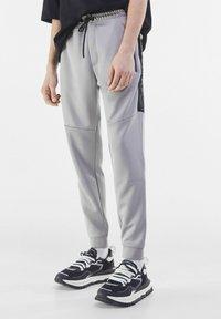 Bershka - Pantaloni sportivi - grey - 0
