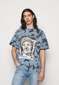 Versace Jeans Couture - TINTO - Print T-shirt - blue - 0