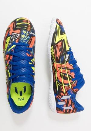 NEMEZIZ MESSI 19.4 IN - Indoor football boots - royal blue/silver metallic/solar yellow
