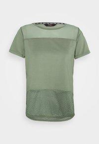 PERFORMANCE - Camiseta estampada - agave green