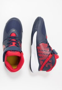 Nike Performance - TEAM HUSTLE D 9 FLYEASE - Basketbalové boty - midnight navy/university red/white - 0