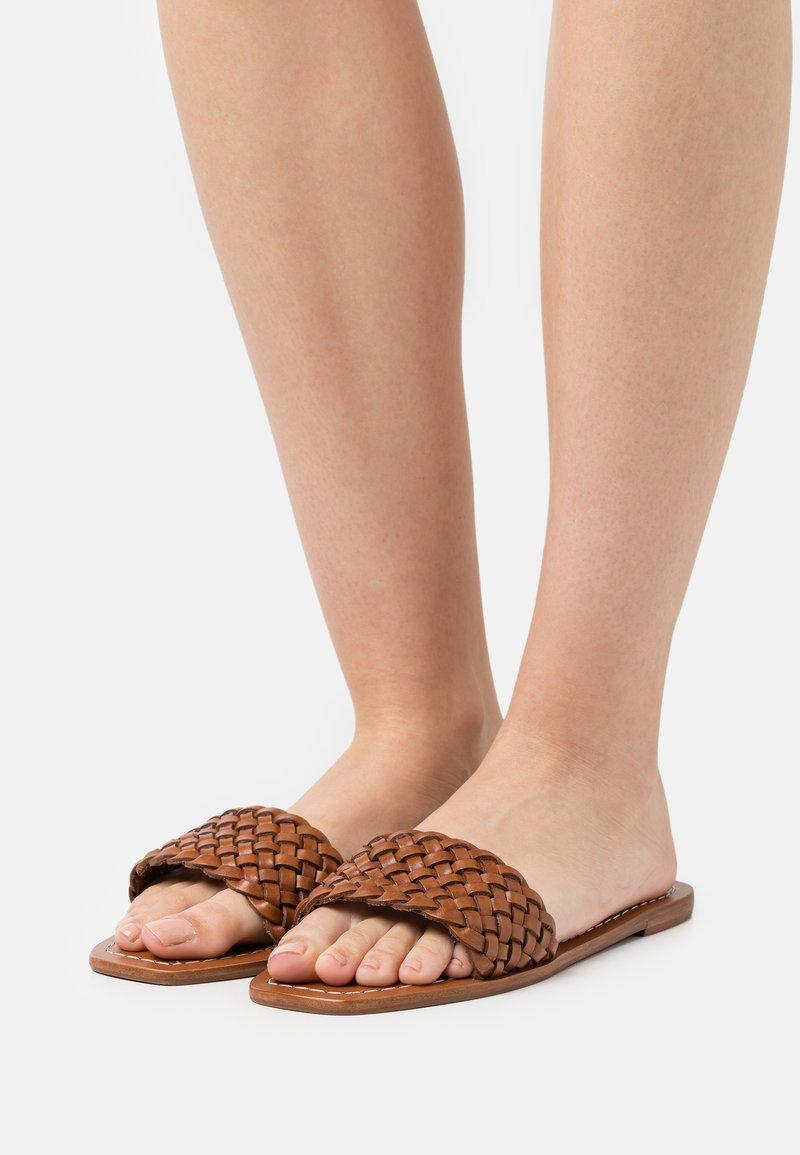 Loeffler Randall - JOEY - Pantofle - timber