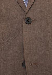 Isaac Dewhirst - PLAIN SUIT - Kostym - brown - 7