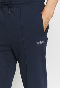 Fila - ORSON PANTS - Teplákové kalhoty - black iris - 4