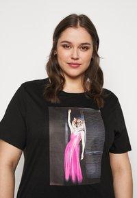 Vero Moda Curve - VMINDY LONG TOP BOX - Print T-shirt - black - 5