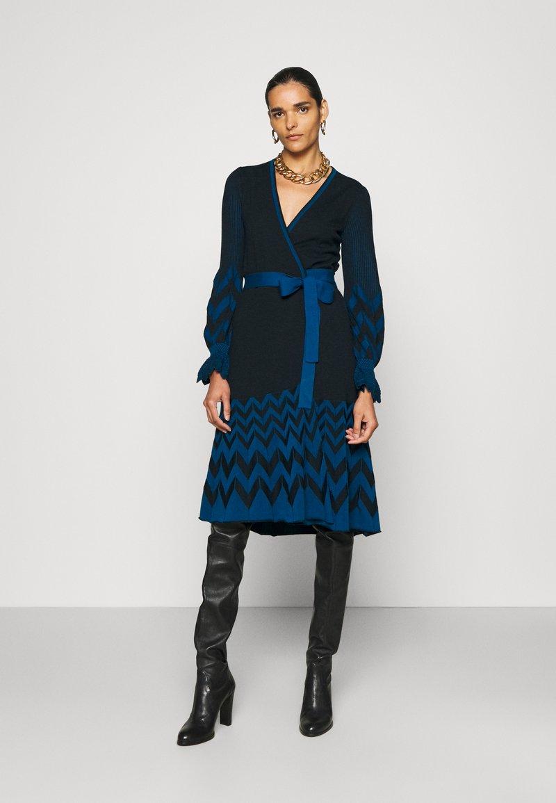 Diane von Furstenberg - CHELSEY DRESS - Jumper dress - black/harringbone dark ocean
