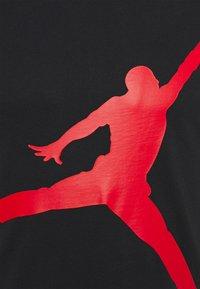 Jordan - JUMPMAN AIR CREW - Print T-shirt - black/gym red - 2