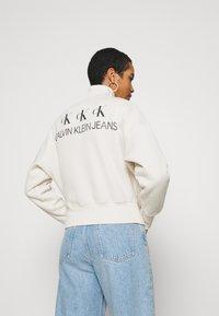 Calvin Klein Jeans - BACK REFLECTIVE LOGO HALF ZIP - Sweatshirt - white sand - 2