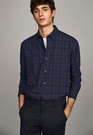 MIT ZWEIFARBIGEM KAROMUSTER - Shirt - dark blue
