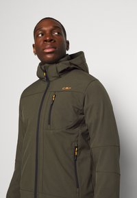 CMP - MAN JACKET ZIP HOOD - Softshell jakker - oil green/nero - 5