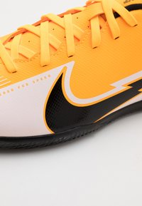 Nike Performance - MERCURIAL VAPOR 13 CLUB IC - Fotballsko innendørs - laser orange/black/white - 5