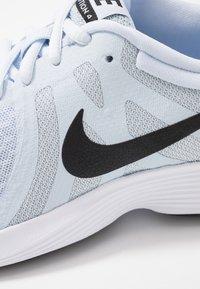 Nike Performance - WMNS REVOLUTION 4 EU - Zapatillas de running neutras - half blue/black/wolf grey/white - 5