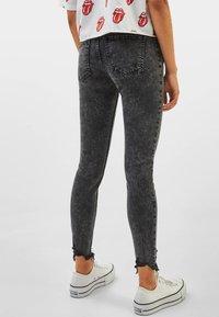 Bershka - LOW WAIST - Jeans Skinny Fit - grey - 2
