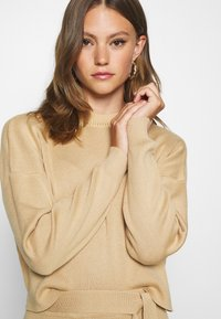 Missguided - FUNNEL NECK CROPPED JUMPER AND TIE WAIST MIDI SKIRT SET - Jumper - camel - 4
