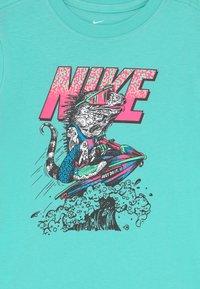 Nike Sportswear - BEACH TEE - T-shirts med print - mint - 2
