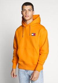 Tommy Jeans - BADGE HOODIE UNISEX - Hoodie - paradise orange - 0