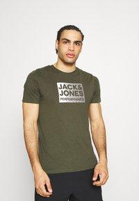 Jack & Jones Performance - JCOZ SPORT LOGO TEE 2 PACK - T-shirt med print - black/forest night - 2