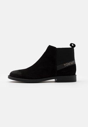 ESSENTIAL CHELSEA - Kotníková obuv - black