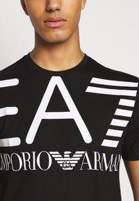 EA7 Emporio Armani - T-shirt imprimé - black - 5