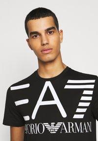 EA7 Emporio Armani - T-shirt imprimé - black - 3