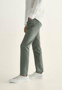 Massimo Dutti - MIT KONTRASTEN  - Slim fit jeans - khaki - 3