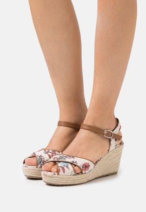 Sandály na platformě - beige