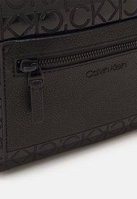 Calvin Klein - CAMERA BAG BLEND MONO UNISEX - Olkalaukku - black - 4