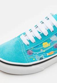Vans - OLD SKOOL UNISEX - Sneakers basse - scuba blue/true white/black/natural drill - 5
