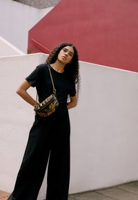 Versace Jeans Couture - QUILTED BELTBAG - Bum bag - nero/oro - 2