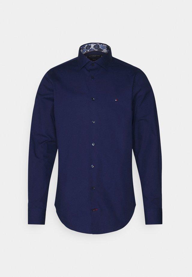 SOLID SLIM SHIRT - Business skjorter - navy iris