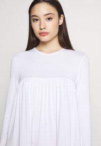 Missguided Petite - TIERED SMOCK DRESS - Sukienka letnia - white - 4