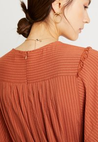 Lost Ink - PLAYSUIT WITH FRILL DETAIL - Overal - rust - 5