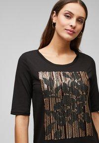 s.Oliver BLACK LABEL - MIT PAILLETTEN - Print T-shirt - black sequins placed print - 3