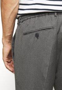 Selected Homme - JAX GREY CROP PANTS - Trousers - grey - 5
