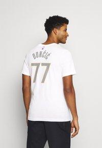 Nike Performance - NBA DALLAS MAVERICKS LUKA DONCIC CITY EDITION NAME NUMBER TEE - Equipación de clubes - white - 2