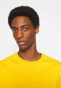 Selected Homme - SLHLOOSEGILMAN O NECK TEE - Basic T-shirt - mango mojito - 6