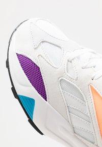 Reebok Classic - AZTREK 96 REINVENTED RETRO RUNNING SHOES - Tenisky - white/porcelain/lux maroon - 5