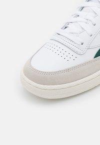 Reebok Classic - CLUB C REVENGE - Zapatillas - footwear white/midnight pine/punch berry - 5