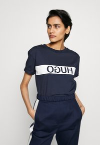 HUGO - DATINA - T-shirts med print - open blue - 0