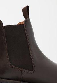 Les Deux - EXCLUSIVE CHEALSEA BOOT - Kotníkové boty - dark brown - 5